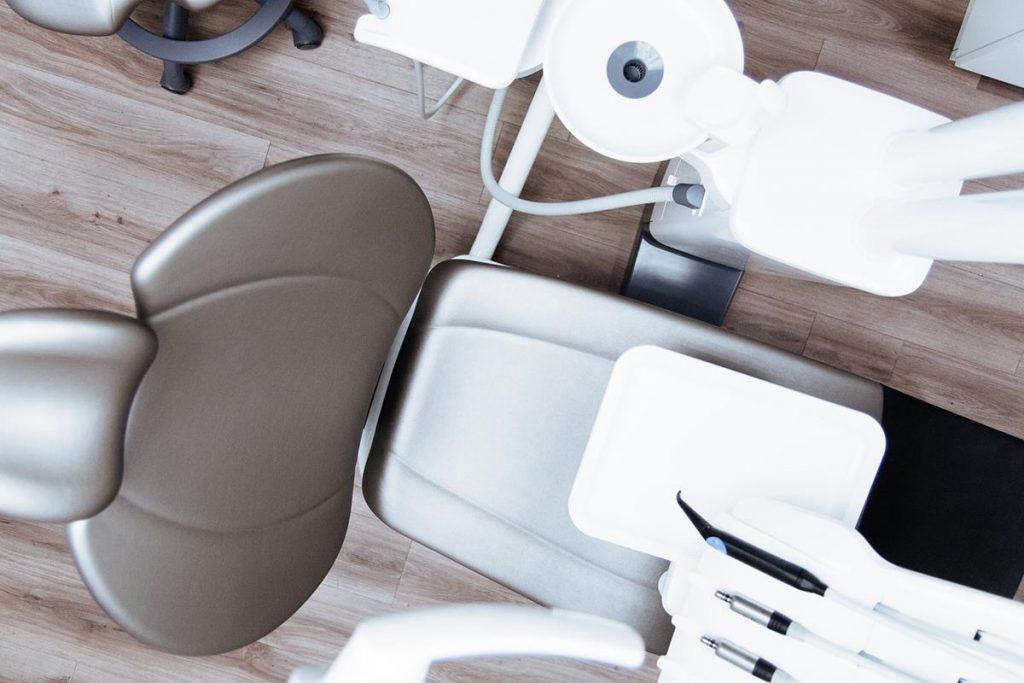 Gdzie znajdziemy najlepsze w Polsce protezy zębowe?